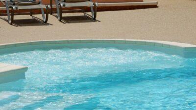 Complexe aquatique Solarium Bain à remous Spa Pataugeoire Grand bassin