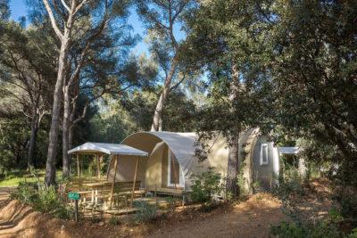 Location de grande tente équipée en camping dans le Var