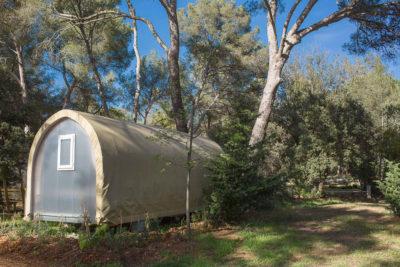 Tente équipée et montée dans camping nature - Var
