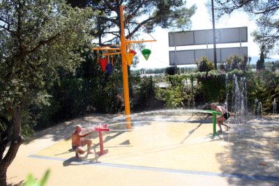 Jouer avec l'eau au camping pendant ses vacances dans le Var