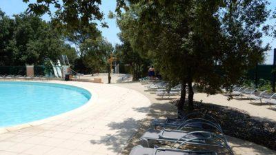 Détente au bord de la piscine La Pascalinette®