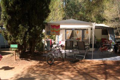 Grands emplacements tentes et caravane en camping dans le Var