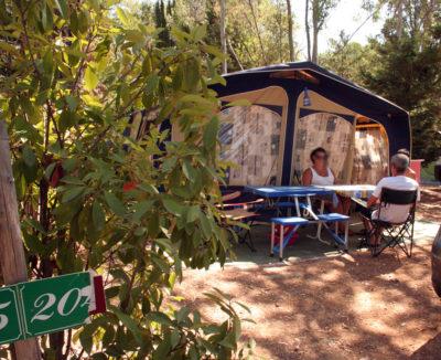 Emplacements ombragés en camping dans le Var