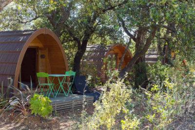 Terrasses aménagées pour les cabanes au camping