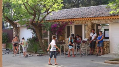 Camping dans le Var : salle de jeux enfants et famille