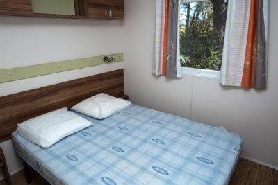 Chambre parentale de mobile-home pour 6 personnes en camping avec parc aquatique