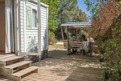 Location de mobile-home climatisé pour 6 personnes en camping vert