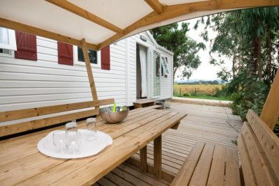 Terrasse de mobile-home pour 6 personnes en camping sous les pins