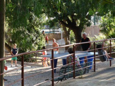 Tournoi de ping-pong au camping en vacances dans le Var