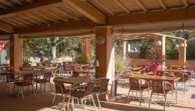 Terrasse du restaurant du camping dans le Var