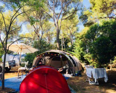 Très grands emplacements de camping avec parc aquatique