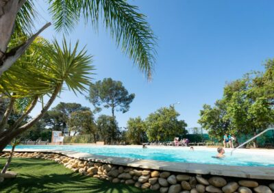 En camping, parc aquatique avec des palmiers comme à Hyères