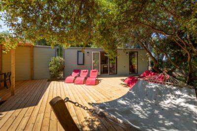 Spa jacuzzi, transats, terrasse ombragée pour cette maison de vacances pour 10 personnes en camping dans le Var