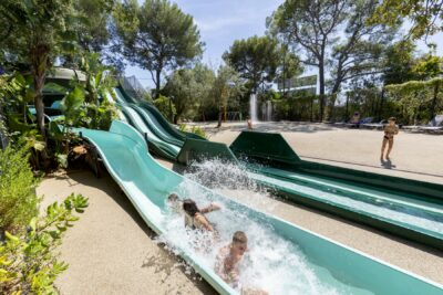 Piscine Toboggan Jeux aquatiques Vacances Famille