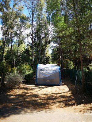 Tente ou petite caravane à installer sur ce joli emplacement de camping