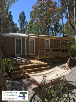 Détente au camping en mobile-home Premium grâce aux hamacs